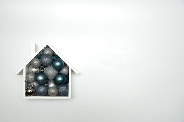 Composizione festiva in natale con casa e con palle di natale. vista dall'alto