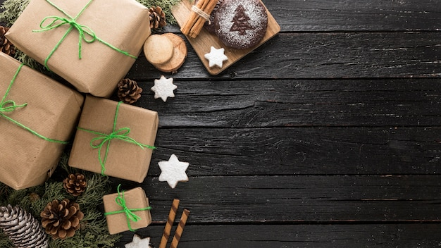 Assortimento festivo dei regali di natale con lo spazio della copia