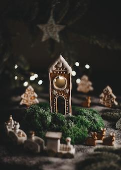 Festivo natale casa di pan di zenzero fatta in casa concetto vacanza di natale e felice anno nuovo