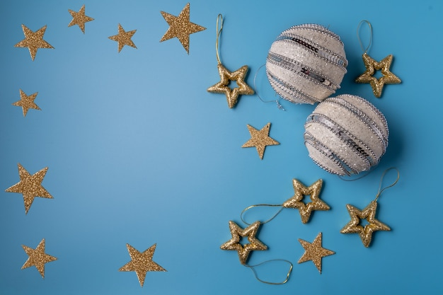 Festive decorazioni di natale e capodanno su sfondo blu. concetto di natale.