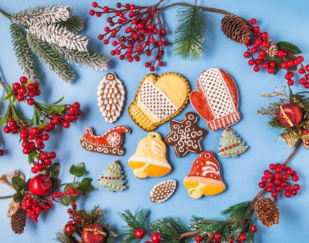 Festive decorazioni di natale e capodanno con scatole regalo e pan di zenzero su sfondo blu.