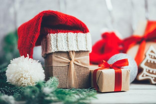 Regali festivi di natale e capodanno in cappello della santa