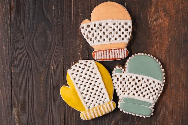 Festive natale e capodanno pan di zenzero a forma di abete, piatto laici, su legno sfondo marrone.