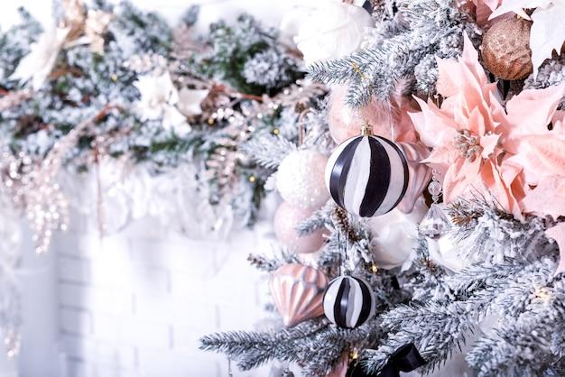 Carta da parati festiva di natale con albero di palla di natale e decorazioni natalizie