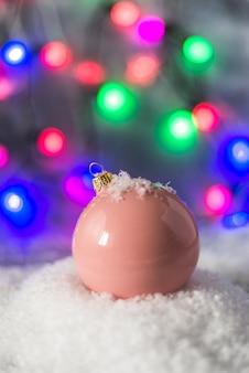 Carta da parati festiva di natale con palline di colore e parete e design bokeh di fiocchi di neve