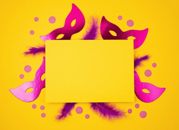 Mardi gras festivo e colorato o maschera di carnevale e accessori sul muro giallo. appartamento laico, vista dall'alto, copia dello spazio