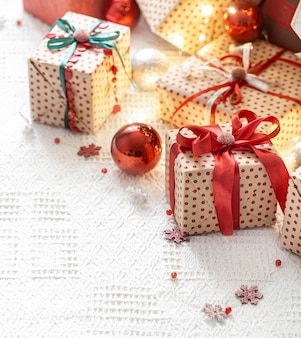 Composizione festiva con elementi natalizi e confezioni regalo