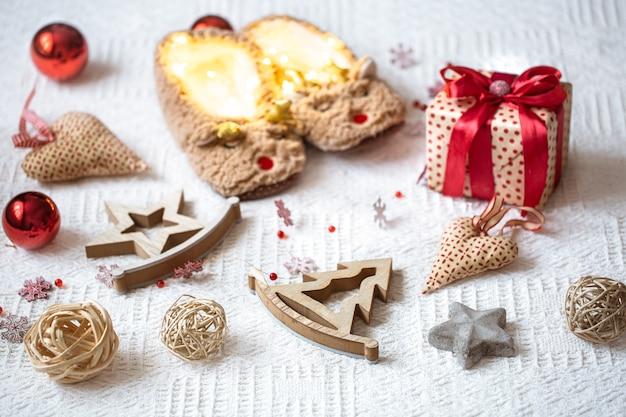 Composizione festiva con elementi e ornamenti natalizi