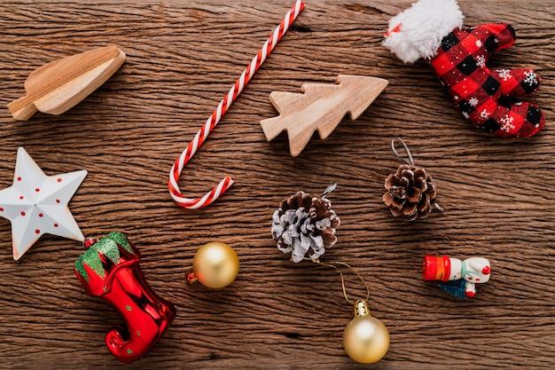 Concetto di idee creative festose decorazione di vista superiore regali di natale presenta sullo sfondo