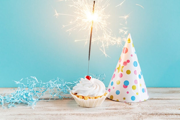 Cupcake festivo con sparkler. decorazioni per un compleanno o una vacanza.
