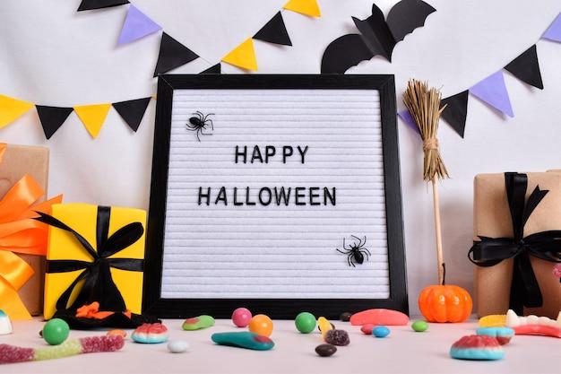 Decorazioni festive per halloween con zucche, regali e dolci. felice halloween. celebrando il giorno di halloween.