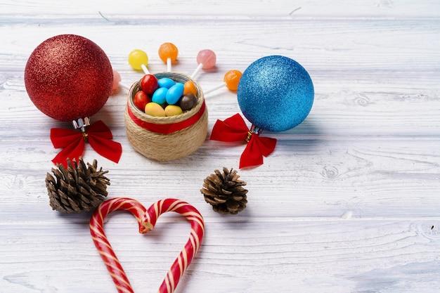 Decorazioni festive con bastoncini di zucchero e palline di natale