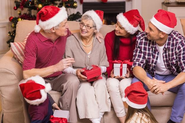 Famiglia festiva che parla insieme a natale