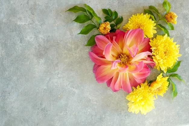 Primo piano festivo di disposizione dei fiori su una superficie grigia. vista dall'alto e copia spazio.