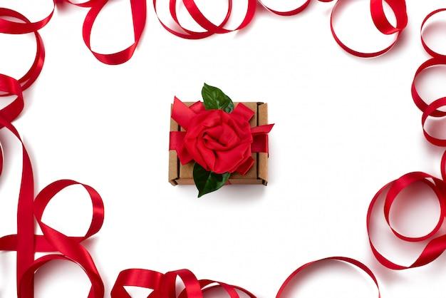 Fondo rosso d'imballaggio del contenitore di nastro rosso di regalo festivo