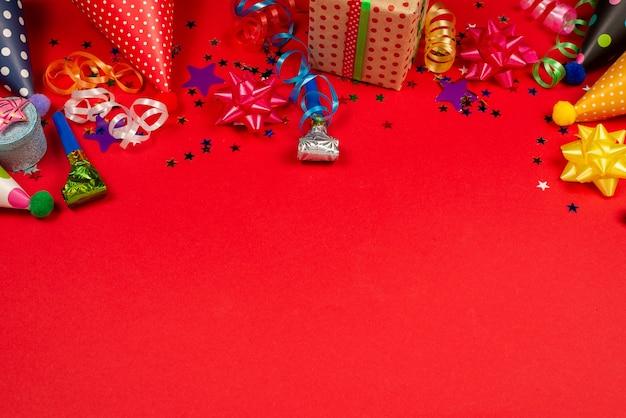 Festive stelle dorate e viola di coriandoli e un regalo
