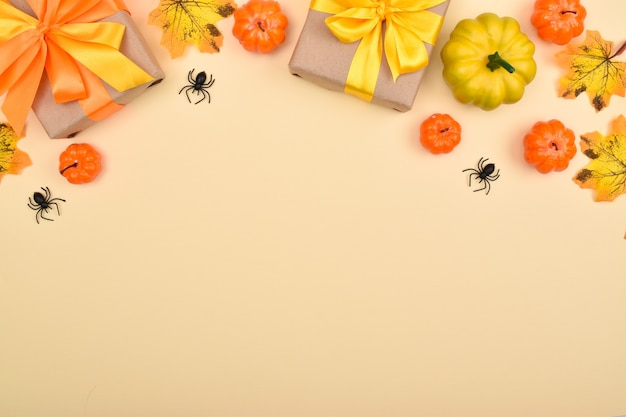 Sfondo festivo di halloween con regali, zucche e ragni. vista dall'alto. banner dall'arredamento per le vacanze di halloween.