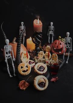 Dolci festivi di halloween con lapide di pan di zenzero