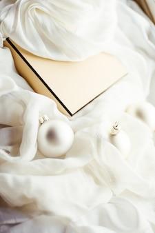 Decorazioni festive e regali per le feste atmosfera natalizia in giro