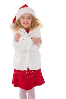 Bambina festiva che sorride alla macchina fotografica