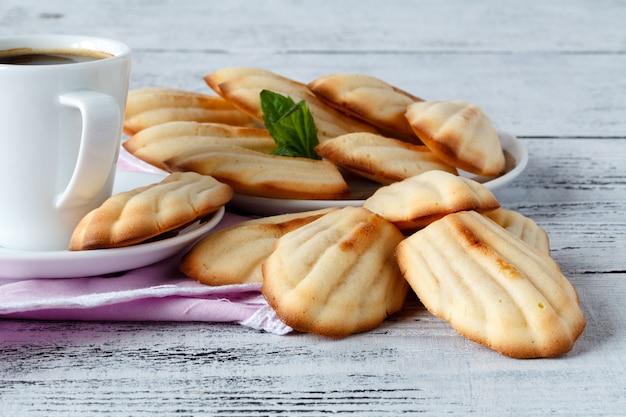 Madeleine festive cotte al forno e servite su una tavola di legno