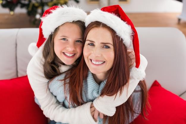Festosa madre e figlia sul divano