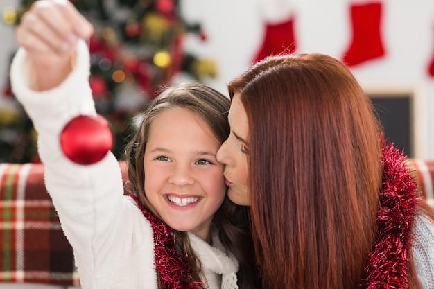 Bagattelle festive della tenuta della madre e della figlia