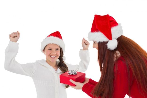 Madre festiva che dà a figlia un regalo