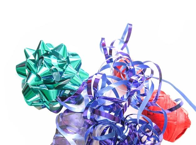 Palline di imballaggio festivo. nastro colorato su sfondo bianco