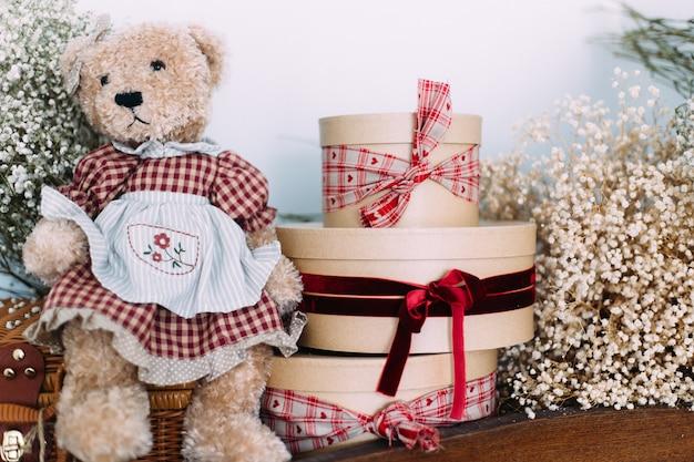 Concetto di imballaggio festivo scatole rotonde con regali decorati con un nastro rosso