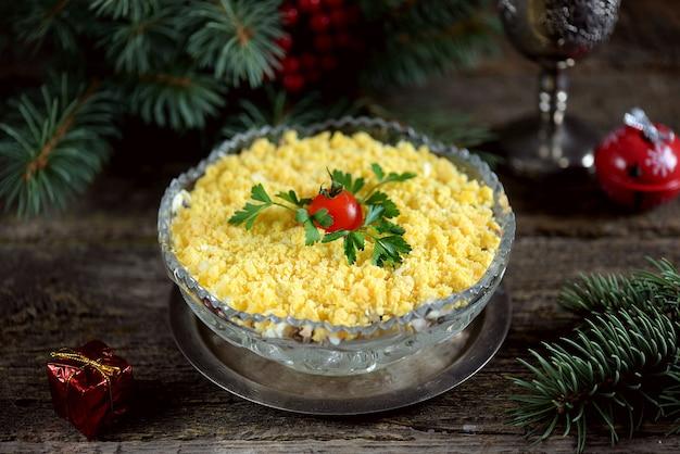 Festosa insalata mimosa con pesce in scatola patate formaggio carote e uova