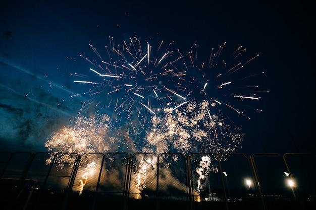 Saluto festivo nel cielo notturno