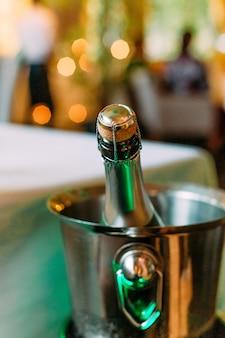 Luce festiva della sfuocatura dell'oro del ghiaccio del champagne dell'insieme