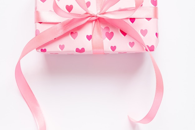 Concetto di giorno festivo di san valentino con confezione regalo su sfondo bianco. vista dall'alto, copia dello spazio.
