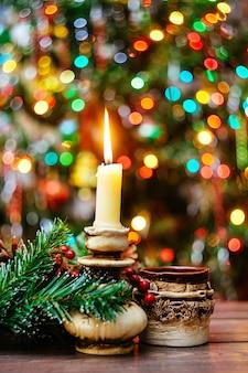 Festiva natura morta sul tavolo bella ghirlanda luminosa sulla parete due tazze con tè con...