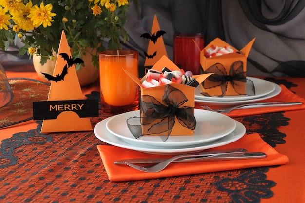 Decorazione della tavola festiva per halloween con caramelle in una scatola