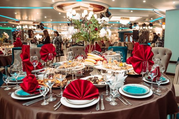 Tavola festiva nel ristorante con piatti deliziosi.