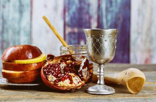 Sul tavolo festivo durante la celebrazione del capodanno ebraico di rosh hashanah
