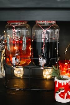 Impostazione della tavola festiva per la celebrazione di natale e capodanno