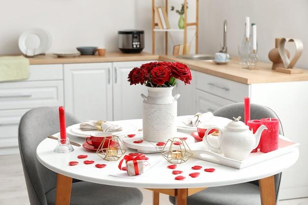 Regolazione festiva della tavola per la celebrazione di san valentino a casa