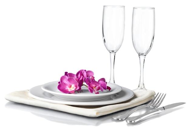 Regolazione festiva della tavola con i fiori isolati su white
