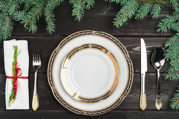 Regolazione festiva della tabella con i rami di pino su di legno