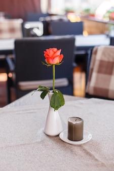 Regolazione festiva della tavola con le rose rosse per il giorno di san valentino al ristorante