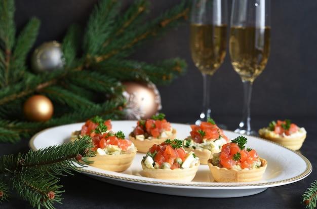Tavola festiva con un bicchiere di champagne