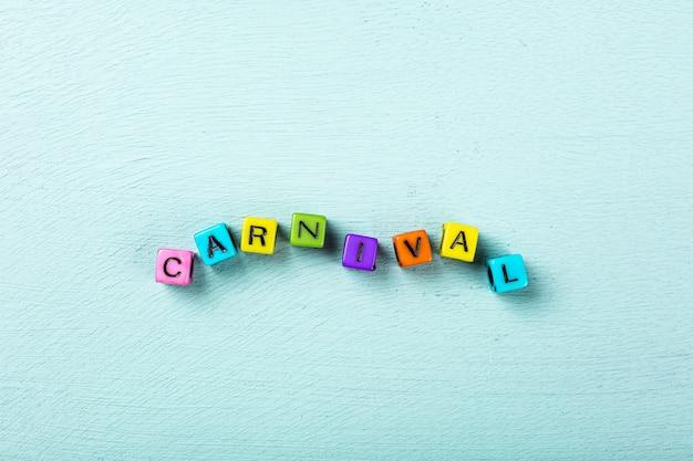 Superficie turchese festiva con cubi colorati con testo carnevale. biglietto di auguri concetto voor carnevale e festa. copia spazio, vista dall'alto, piatto laici