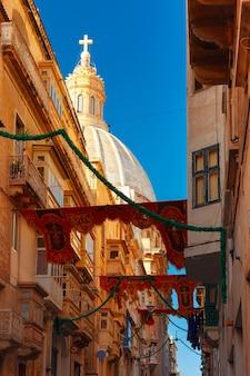 Strada addobbata a festa nella città vecchia di la valletta, malta