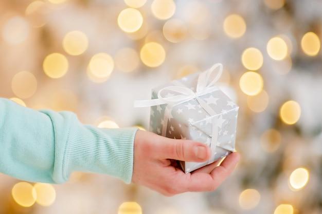 Confezione regalo natalizia avvolta a festa