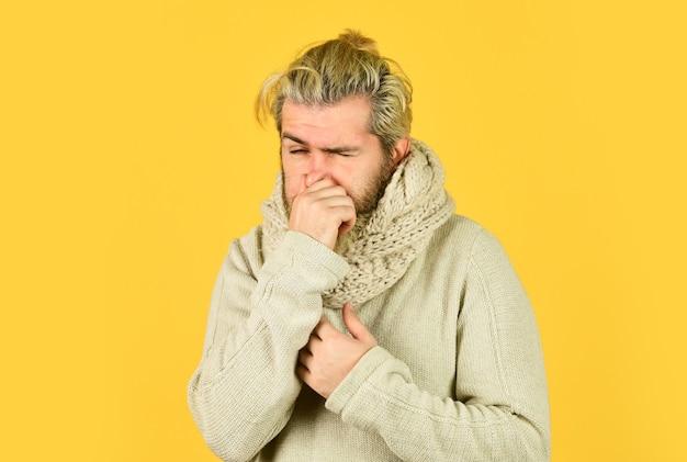 Febbre e termoregolazione dell'immunità. più di un semplice sintomo di malattia. febbre da hipster. risposta immunitaria. uomo barbuto malato. sciarpa calda intorno al collo. concetto di febbre influenzale freddo. temperatura corporea.