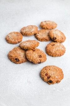 Pochi biscotti di farina d'avena su un tavolo luminoso