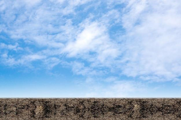 Un campo di terra su uno sfondo di cielo blu.